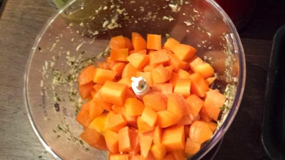 ...und dann rein mit den Karotten in die Küchenmaschine